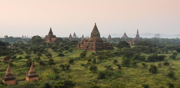 Bagan plaines d'anciens temples au lever du soleil, myanmar Photo Premium