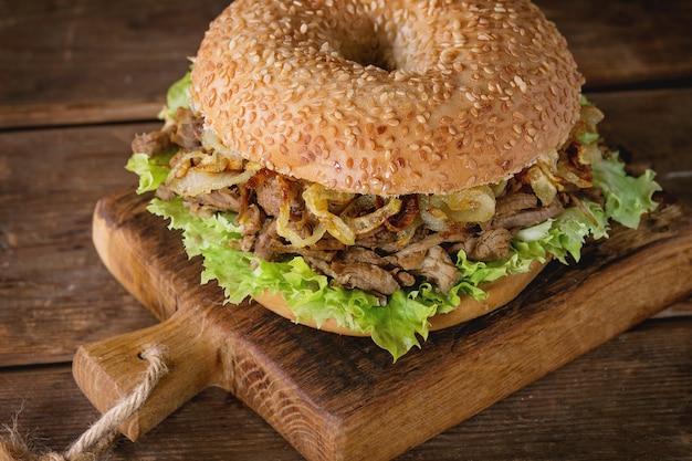 Bagel au ragoût et oignons frits Photo Premium