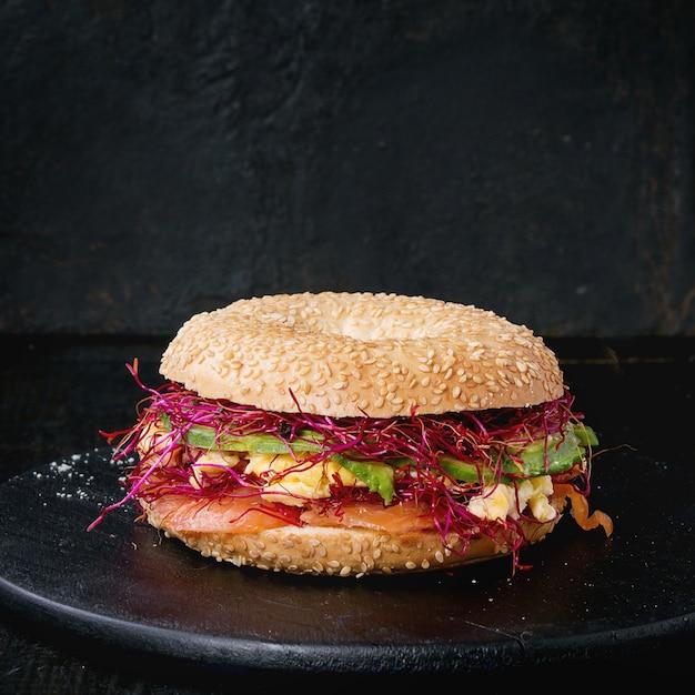Bagel Au Saumon Et Oeuf Photo Premium