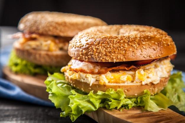 Bagel aux lardons et œufs Photo Premium