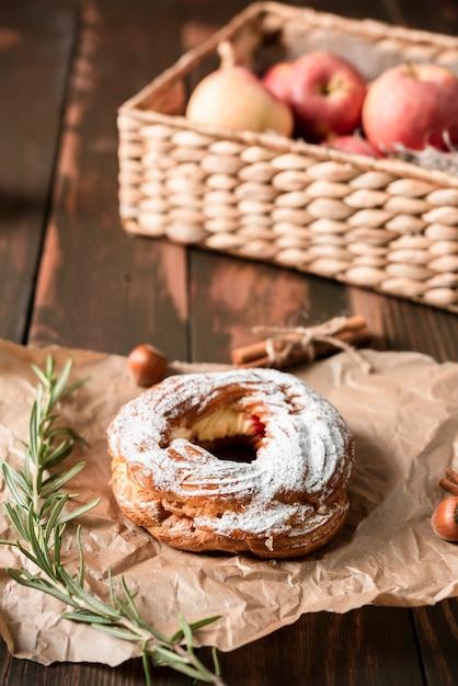 Bagel avec panier de pommes Photo gratuit
