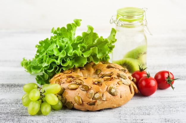 Bagel et salade, tomate, raisin Photo Premium