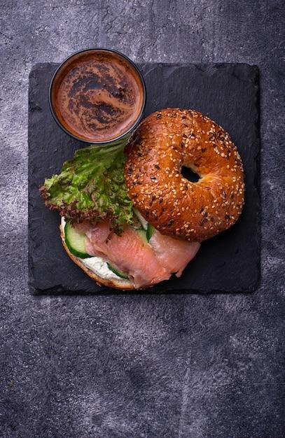 Bagels au saumon, au fromage à la crème et à la laitue Photo Premium
