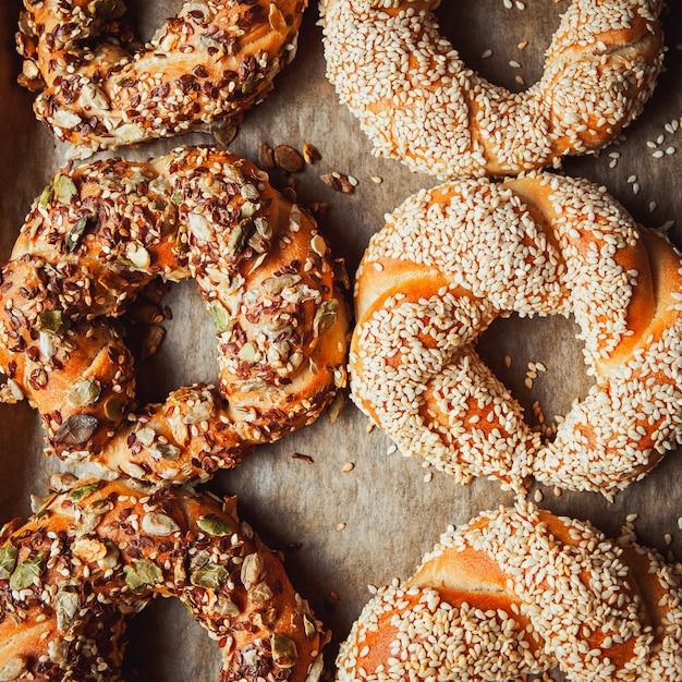 Bagels Turcs Rôtis Disposés Sur Une Plaque De Cuisson à Plat Photo gratuit