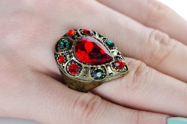 Bague bijoux isolée sur le blanc Photo Premium