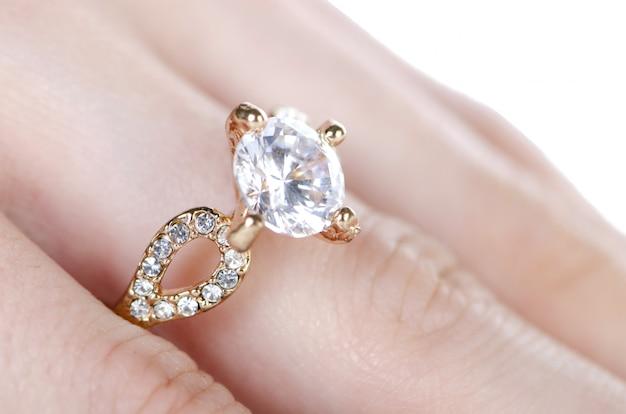 Bague à bijoux portée au doigt Photo Premium