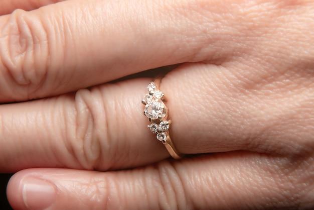 Premium Des Diamant DoigtsTélécharger Aux Bague En Usée Photos 4R5AjL3q
