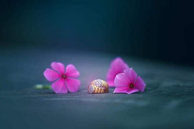 Bague de fiançailles en or avec fleur Photo Premium