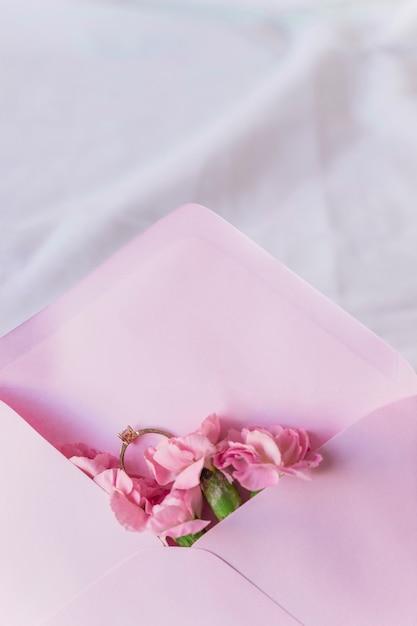 Bague de mariage en enveloppe à fleurs lumineuses Photo gratuit