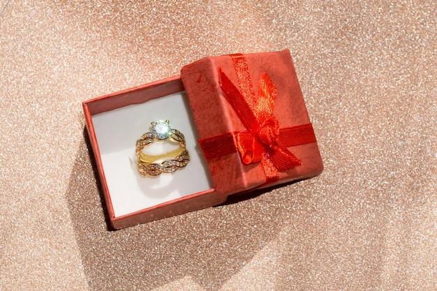 Bague en or et coffret cadeau Photo Premium
