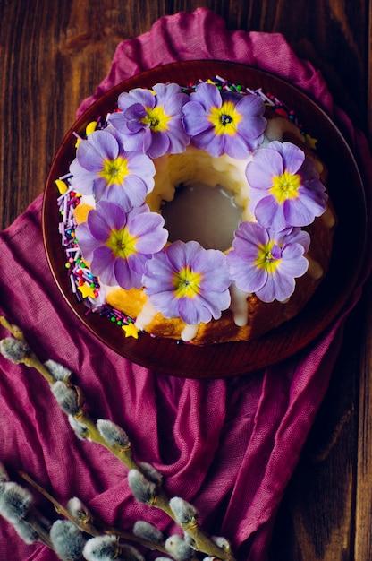 Bague de pâques traditionnelle décorée de fleurs de primevère Photo Premium