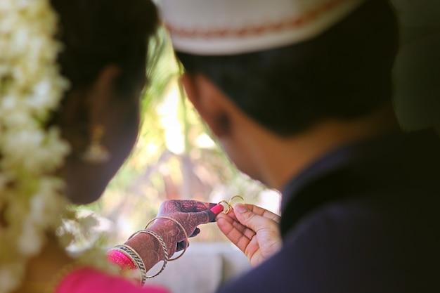 Bagues de fiançailles sur les mains des mariés Photo Premium