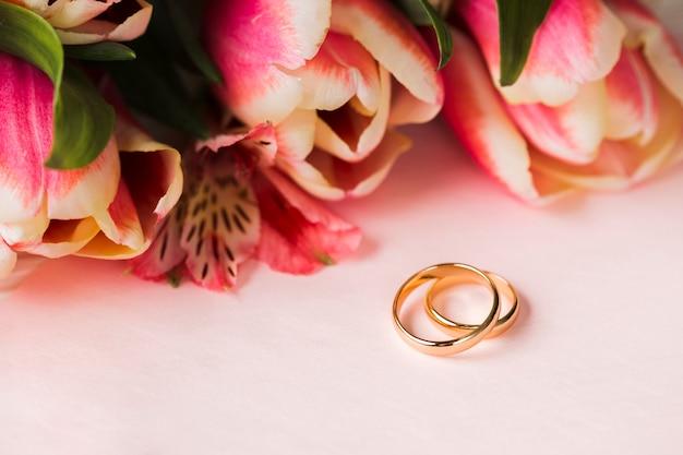 Bagues Et Fleurs D'engagement Photo gratuit