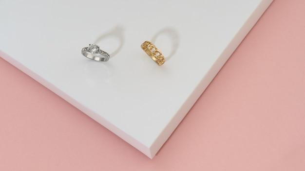 Bagues En Or Précieux Avec Diamants Sur Fond Blanc Et Rose Photo Premium