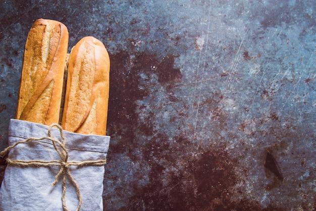 Baguette fraîche sur une table rouillée avec espace de copie Photo gratuit