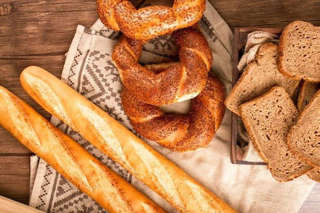 Baguette Française Avec Bagels Turcs Et Tranches De Pain En Boîte Photo gratuit