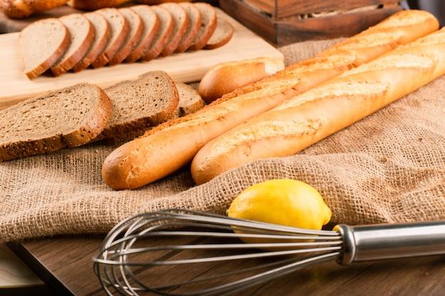 Baguette Française Avec Bagels Turcs Et Tranches De Pain Photo gratuit