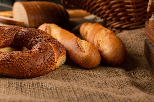 Baguette Française Avec Bagels Turcs Photo gratuit