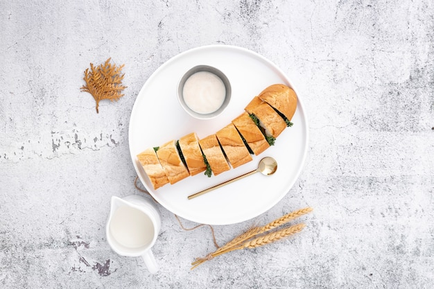 Baguette française farcie à la sauce à l'ail Photo gratuit