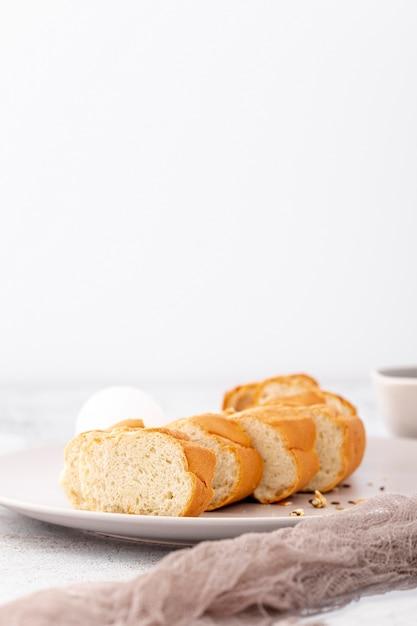 Baguette française tranchée et tissu Photo gratuit