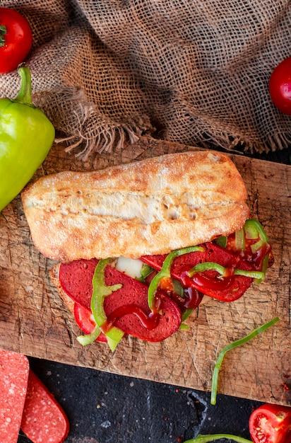 Baguette sandwich avec sucuk et légumes, vue de dessus Photo gratuit
