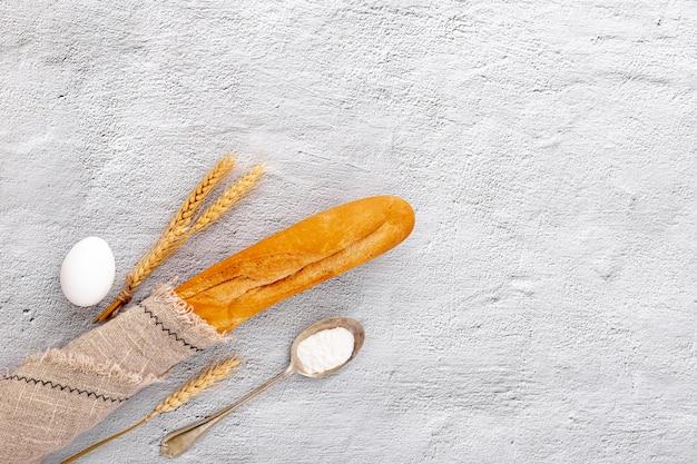 Baguette vue de dessus enveloppé dans un tissu de jute Photo gratuit