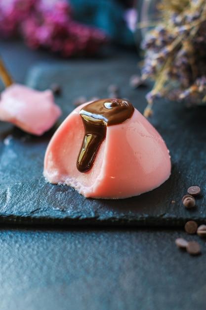 Baie De Dessert Sucrée à La Gelée De Panna Cotta Rose Photo Premium