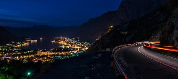 Baie de kotor la nuit Photo Premium