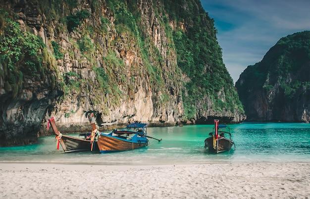 Baie de maya, île de phi phi leh, krabi, thaïlande Photo Premium