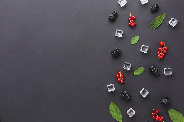 Baies fraîches à plat et feuilles avec fond Photo gratuit