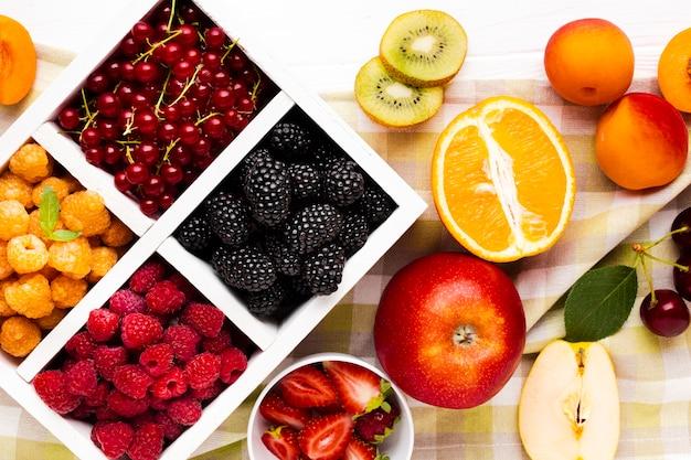 Baies et fruits frais à plat Photo gratuit