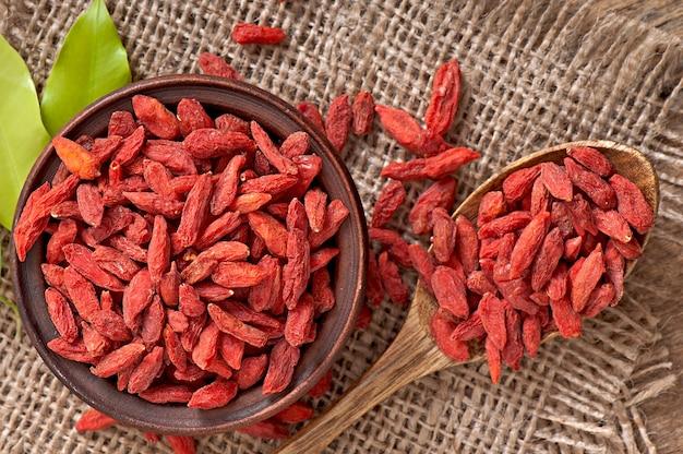 Baies De Goji Séchées Rouges Dans Une Cuillère En Bois Photo gratuit