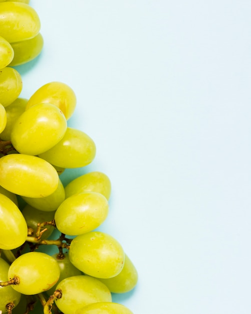 Baies de raisin sucrées sur fond bleu Photo gratuit