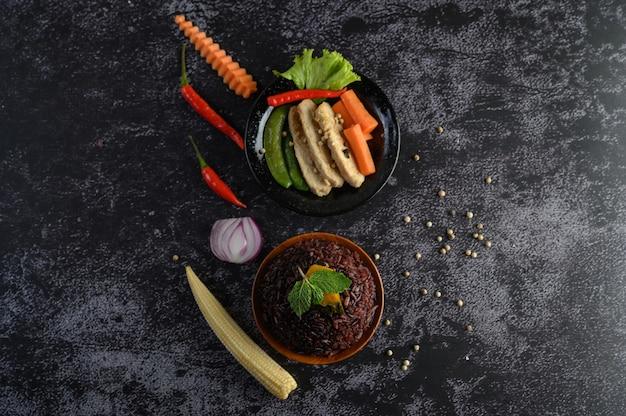 Baies De Riz Pourpre Cuites Avec Du Blanc De Poulet Grillé. Citrouille, Carottes Et Feuilles De Menthe Dans Un Plat, Aliments Propres. Photo gratuit