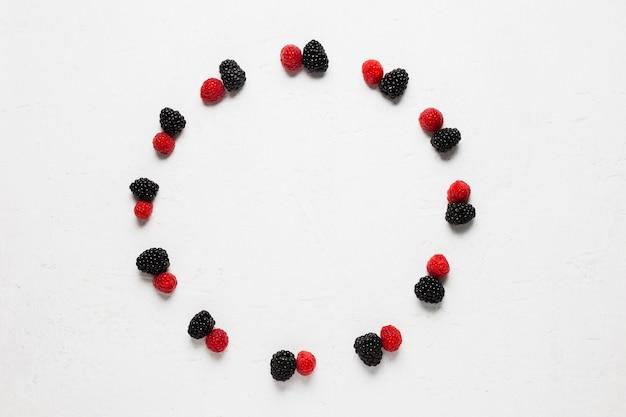 Baies sauvages et fraises dans un cercle savoureux Photo gratuit