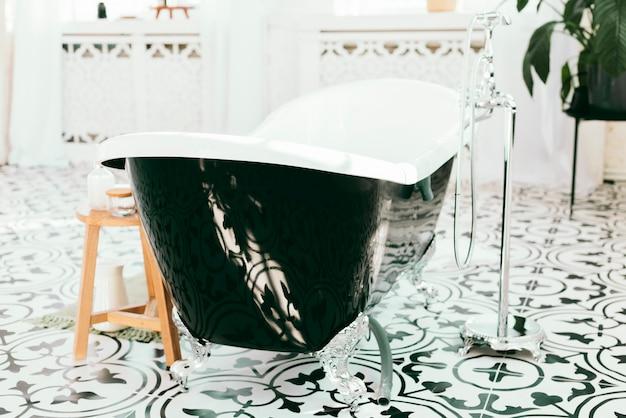Baignoire élégante avec éléments de bain Photo gratuit