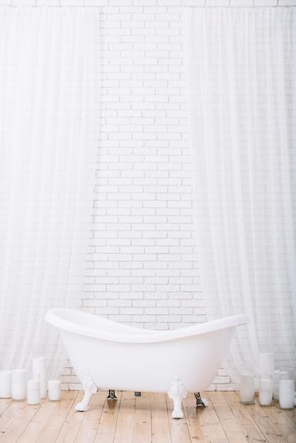 Baignoire pour un bain relaxant dans un spa Photo gratuit