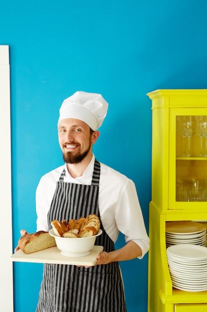 Baker dans la cuisine Photo gratuit