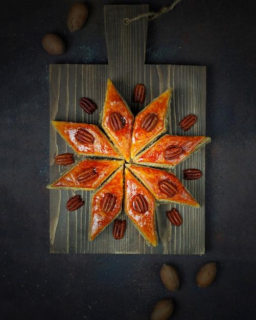 Baklava de biscuits de novruz de vacances de l'azerbaïdjan traditionnel sur la plaque blanche Photo gratuit