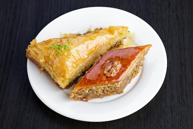 Baklava Dessert Arabe Traditionnel Aux Noix Et Cardamome, Sur Une Table En Bois. Baklava Fait Maison Avec Des Noix Et Du Miel. Photo Premium