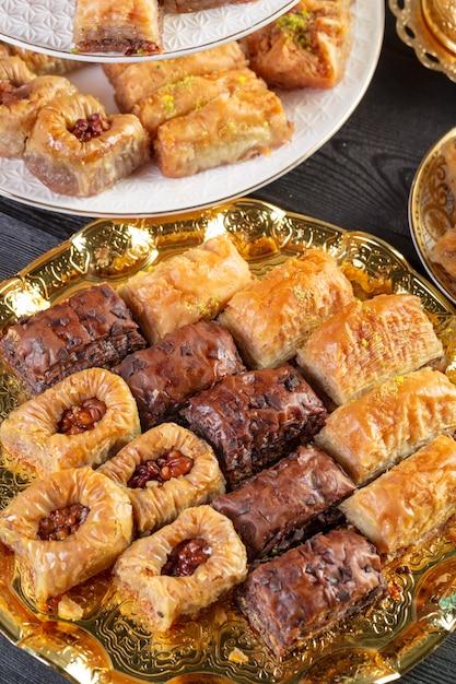 Baklava, Dessert Turc à Base De Pâte Fine, Noix Et Miel Photo Premium