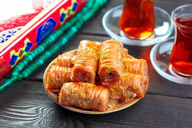 Baklava traditionnel sur une table en bois Photo Premium