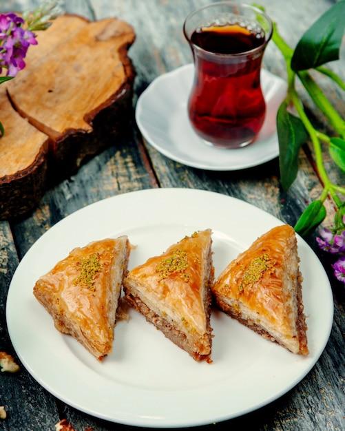 Baklava Turc Aux Noix Et Une Tasse De Thé Chaud Photo gratuit
