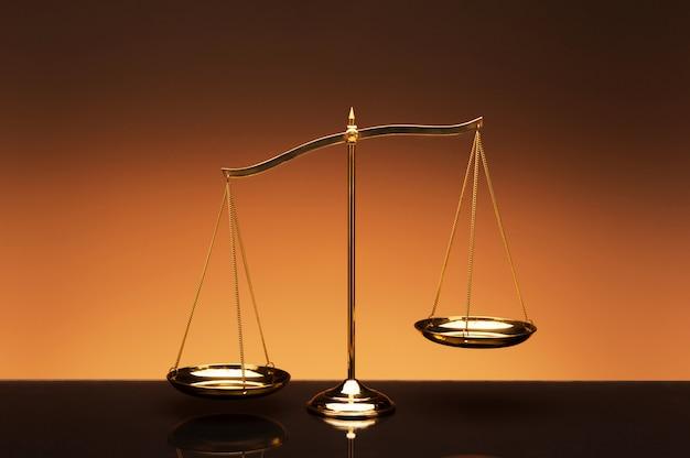 Balance Balance Sur Fond De Couleur Orange Photo Premium