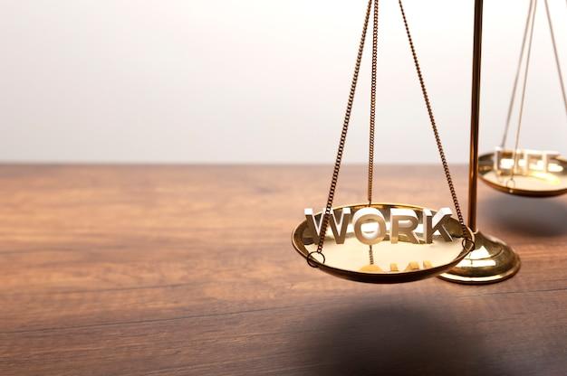 Balance en laiton doré sur un bureau en bois avec texte en 3d Photo Premium
