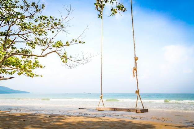 Balançoire en bois sur une journée ensoleillée Photo gratuit