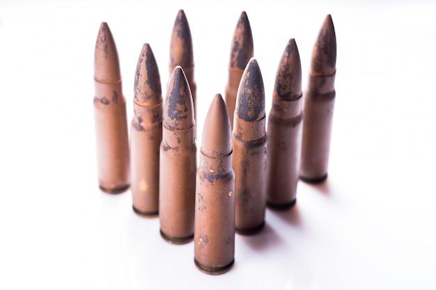 Balle de 9mm pour une arme à feu isolé sur fond blanc. Photo Premium