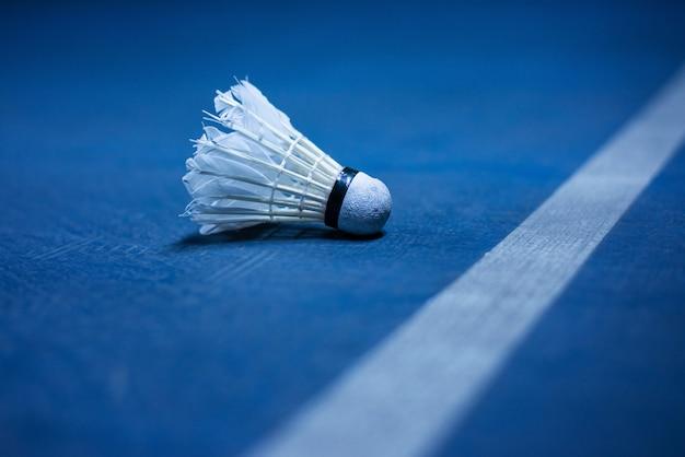 Balle de badminton près de la ligne de terrain de badminton Photo Premium