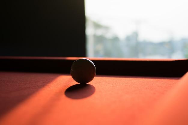 Une balle de billard blanche sur la table de billard Photo Premium