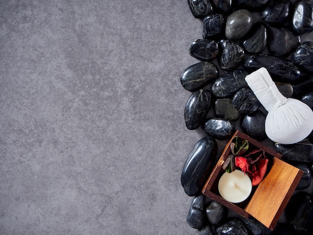 Balle de compression aux herbes à base de pierre noire. Photo Premium